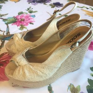 Lace & linen wedges by SODA! 🌈